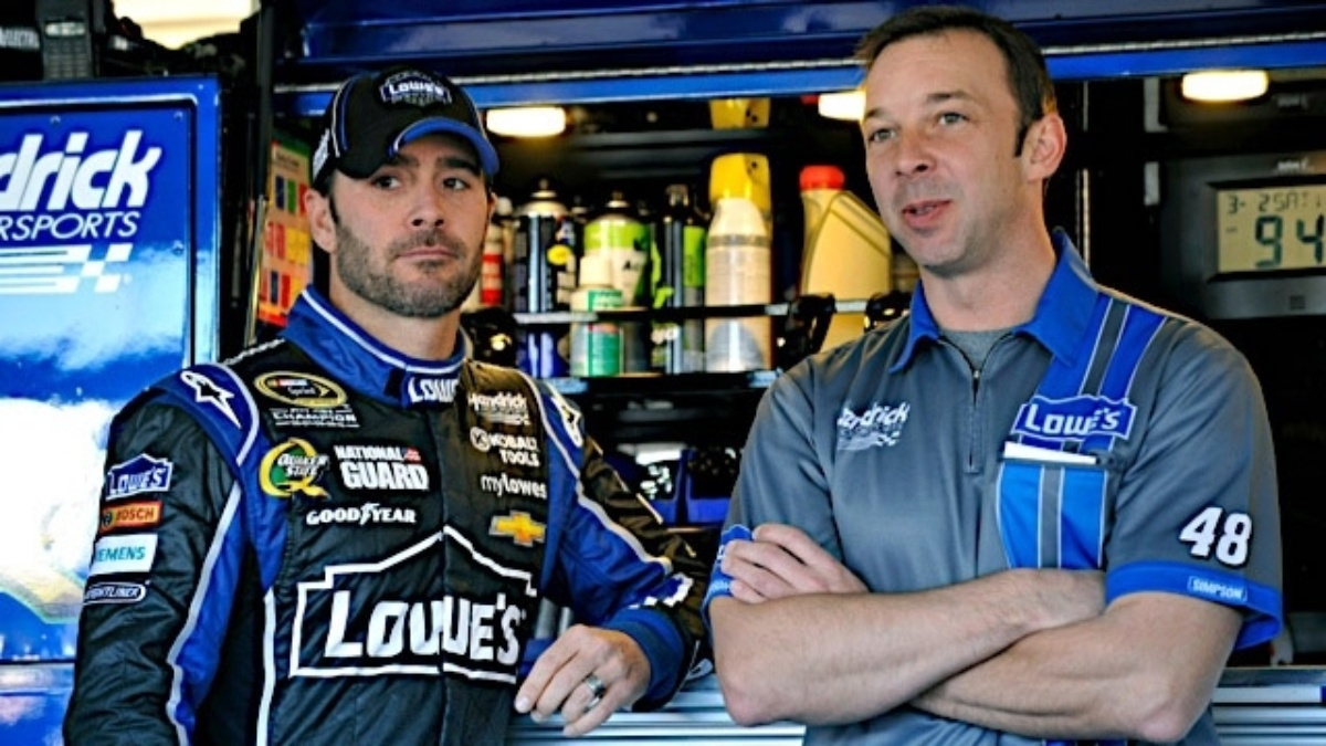 Johnson qualifies on outside pole, Gordon and Earnhardt in top 12 at Martinsville