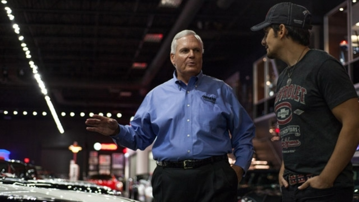 Rick Hendrick hosts and Brad Paisley guest stars on the season finale of Americarna