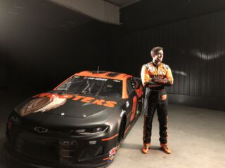 Hooters highlights Elliott, custom paint scheme in inspirational commercial