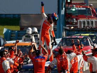 Elliott celebrates milestone win in Victory Lane