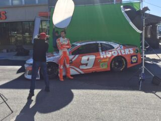 Elliott shows off 2018 Hooters firesuit