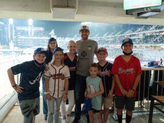 Elliott enjoys Braves game with 'DESI9N TO DRIVE' kids